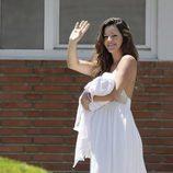 Malena Costa saluda con su hija en brazos en su presentación