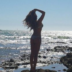Raquel Bollo luciendo cuerpazo desde una orilla rocosa del mar