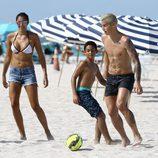 James Rodríguez jugando al fútbol en familia