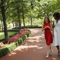 La Reina Letizia y Michelle Obama pasean por La Zarzuela