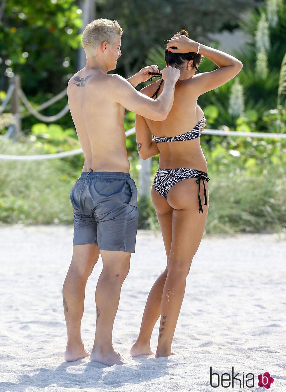 James Rodríguez, ayudando a su mujer