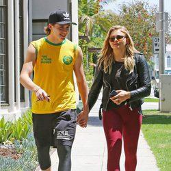 Chloe Moretz y Brooklyn Beckham, cogidos de la mano en Beverly Hills