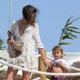 Alessandra Ambrosio con su hijo en Ibiza