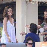 Alessandra Ambrosio disfrutando de sus vacaciones en Ibiza con unos amigos
