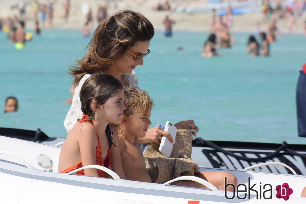 Alessandra Ambrosio disfrutando de un paseo en hidropedal junto a sus hijos en Ibiza