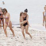 Kourtney Kardashian con sus amigas disfrutando de unas vacaciones por Miami