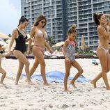 Kourtney Kardashian disfrutando de unas vacaciones en Miami en compañía de sus amigas e hijos