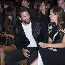 Bradley Cooper y Jennifer Garner en el front row del desfile de Atelier Versace