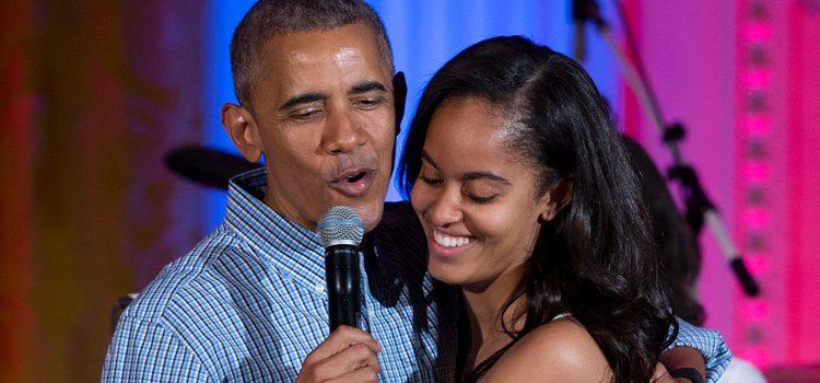 Barack Obama con Malia Obama durante la celebración del día de la Independencia
