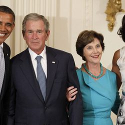 Barack Obama,  George W. Bush,  Laura Bush y  Michelle Obama durante una ceremonia de presentación en honor al expresidente
