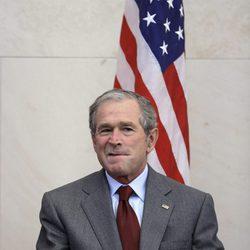George W. Bush se sienta después de dar un discurso antes de una toma de posesión de los ciudadanos en EE.UU