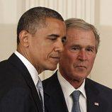 Barack Obama y George W. Bush durante la ceremonia de presentación para el expresidente