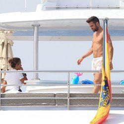Cesc Fàbregas con el torso desnudo en un barco en Ibiza