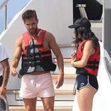Cesc Fàbregas y Daniella Semaan en la cubierta de un barco con un salvavidas en Ibiza