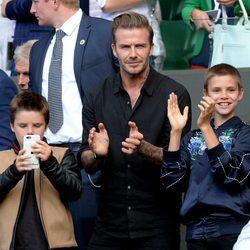 David Beckham con sus hijos Romeo y Cruz en Wimbledon 2016