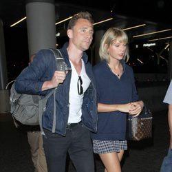 Taylor Swift y Tom Hiddleston en el aeropuerto de Los Angeles