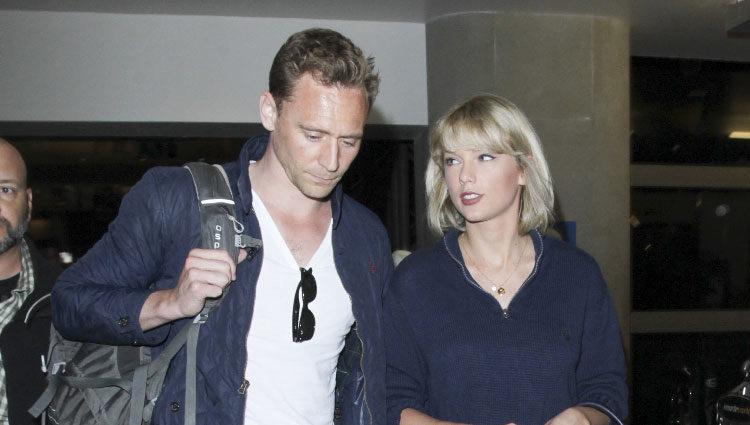 Taylor Swift y Tom Hiddleston en la terminal del aeropuerto de Los Angeles