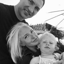 Hayden Panettiere y Vladímir Klichkó posan felizmente junto a su hija