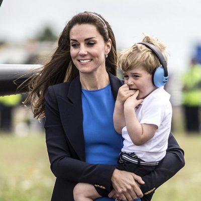 Kate Middleton con el Príncipe Jorge en brazos visitando una base aérea