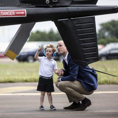 Guillermo de Inglaterra con un curioso Jorge de Cambridge en una base aérea
