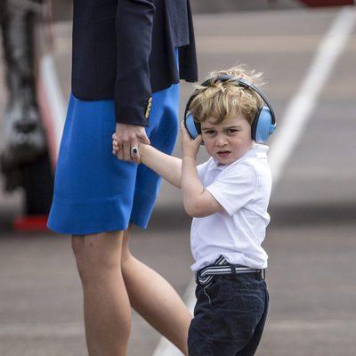 Jorge de Cambridge durante su visita oficial a una base aérea