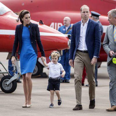 Los Duques de Cambridge visitando una base aérea con su hijo el Príncipe Jorge