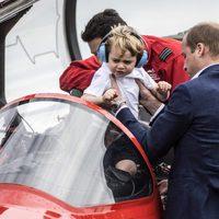 Guillermo de Inglaterra subiendo a una aeronave al Príncipe Jorge