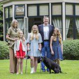 Los Reyes Guillermo y Máxima de Holanda con sus tres hijas