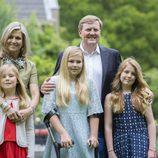 Los Reyes de Holanda con sus tres hijas en el posado de verano 2016