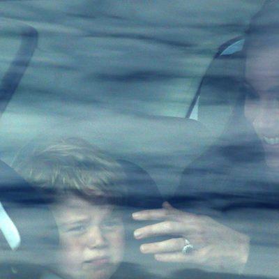 Kate Middleton consolando al Príncipe Jorge tras visitar una base aérea