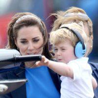 Jorge de Cambridge tocando un helicóptero en brazos de su madre Kate Middleton