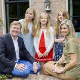 Los Reyes de Holanda con pose simpática junto a sus tres hijas
