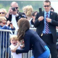 Kate Middleton cogiendo al Príncipe Jorge durante su visita a una base aérea
