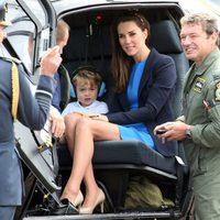 Kate Middleton con el Príncipe Jorge en un helicóptero durante su visita a una base aérea