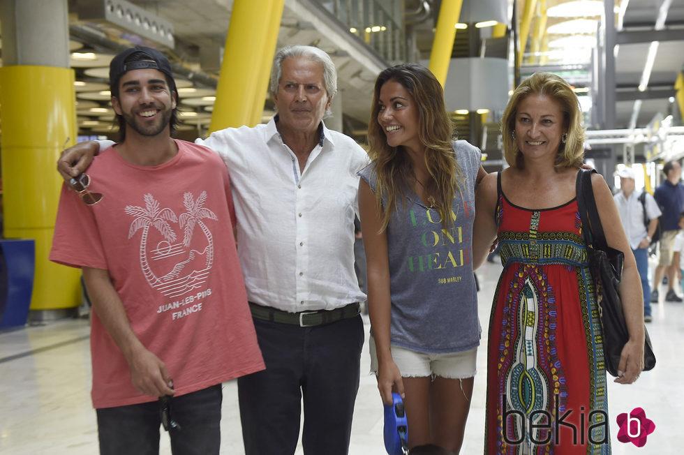 Lara Álvarez con sus padres y su hermano a su vuelta a España tras 'Supervivientes 2016'