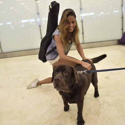 Lara Álvarez con su perro Choco a su vuelta a España tras 'Supervivientes 2016'