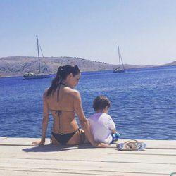 Pilar Rubio con su hijo Sergio frente al mar de Croacia