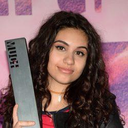 Alessia Cara posa con el premio recibido en los iHeartRADIO MuchMusic Video
