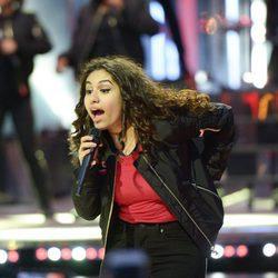 Alessia Cara actuando durante los premios iHeartRADIO MuchMusic Video