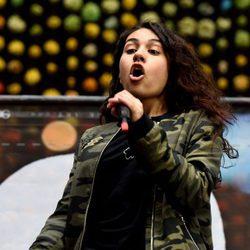 Alessia Cara cantando en el estadio de  Wembley en Londres
