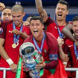 Cristiano Ronaldo levantando la copa de la Eurocopa 2016