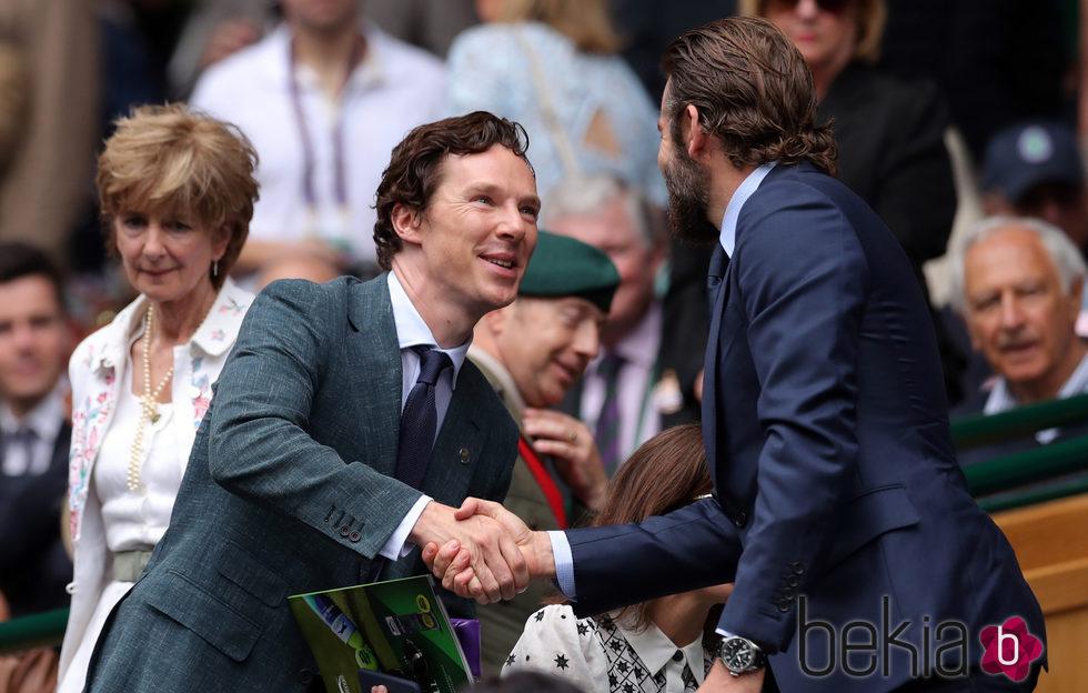 Bradley Cooper saludando a Benedict Cumberbatch en la final de Wimbledon 2016
