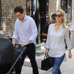 Nicky Hilton junto a James Rothschild y a su hija Lily Grace dando un paseo
