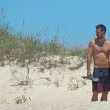 Hugo Silva con el torso desnudo entre dunas en Cádiz