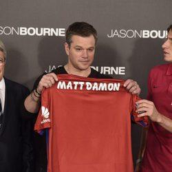 Matt Damon, Filipe Luis y Enrique Cerezo recibiendo la camiseta del Atletico Madrid en Madrid