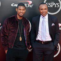 Usher y el boxeador profesional Sugar Ray Leonard en los premios ESPY 2016