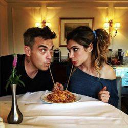 Robbie Williams cenando con su mujer Ayda Field