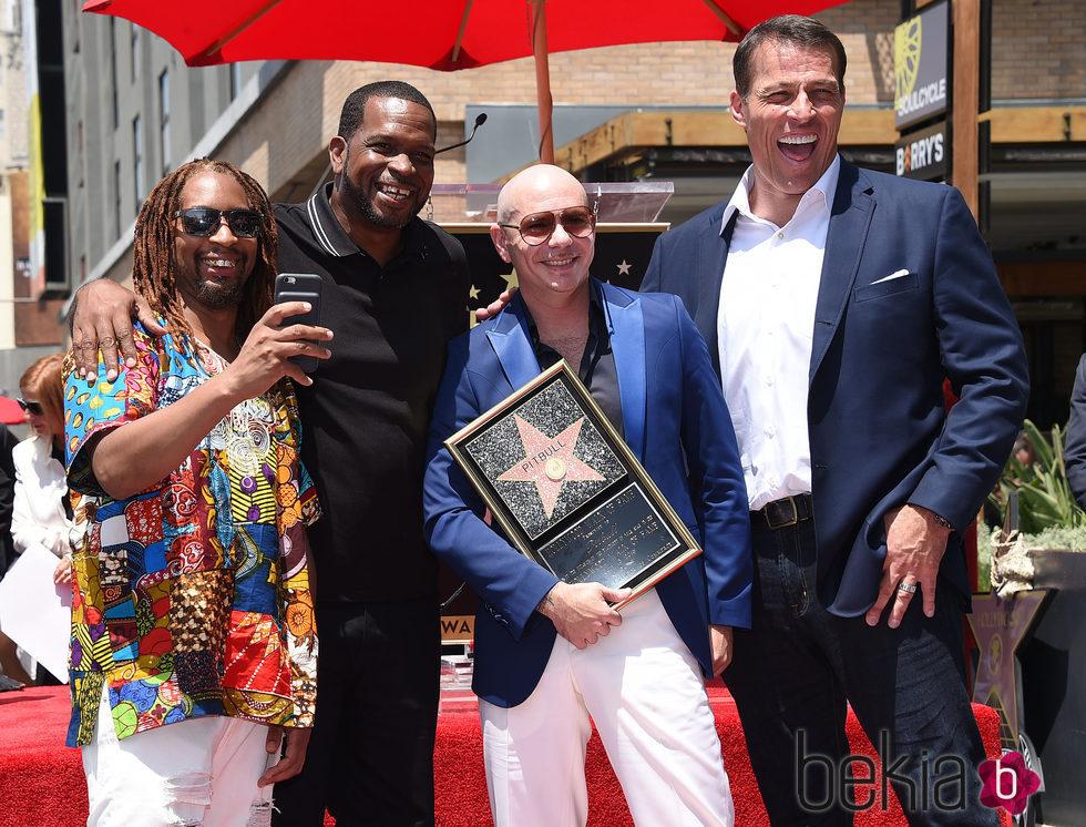 Pitbull y sus amigos en el Paseo de la Fama de Hollywood con su estrella