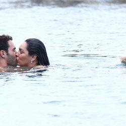 Kelly Brook y Jeremy Parisi se ponen románticos en Isquia