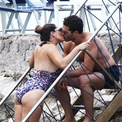Kelly Brook en actitud cariñosa con su novio en Isquia